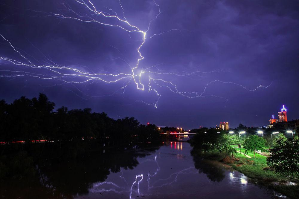 Un fulmine sopra la città messicana di Culiacan.