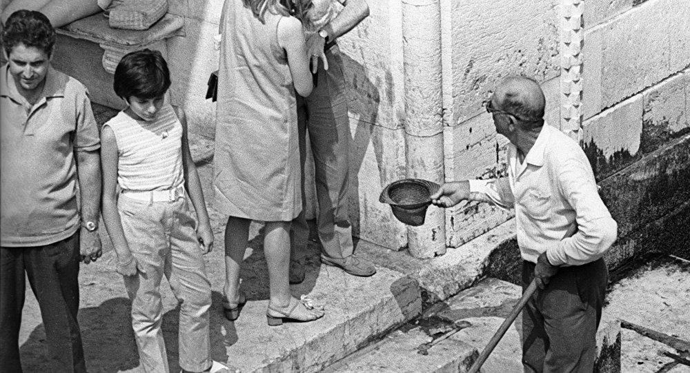 Un povero chiede l'elemosina a Venezia (foto d'archivio)