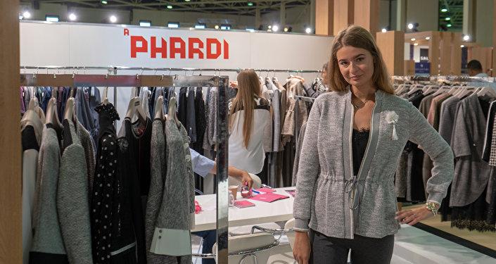 Una modella ad uno stand del padiglione italiano di CPM Moscow