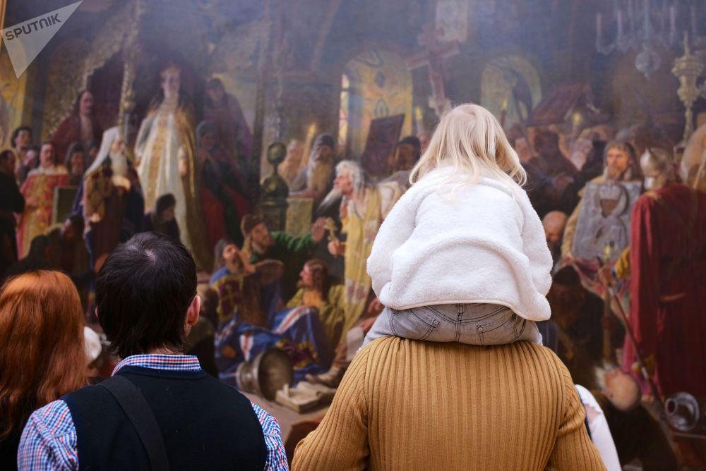 I visitatori della galleria Tretyakovskaya di Mosca