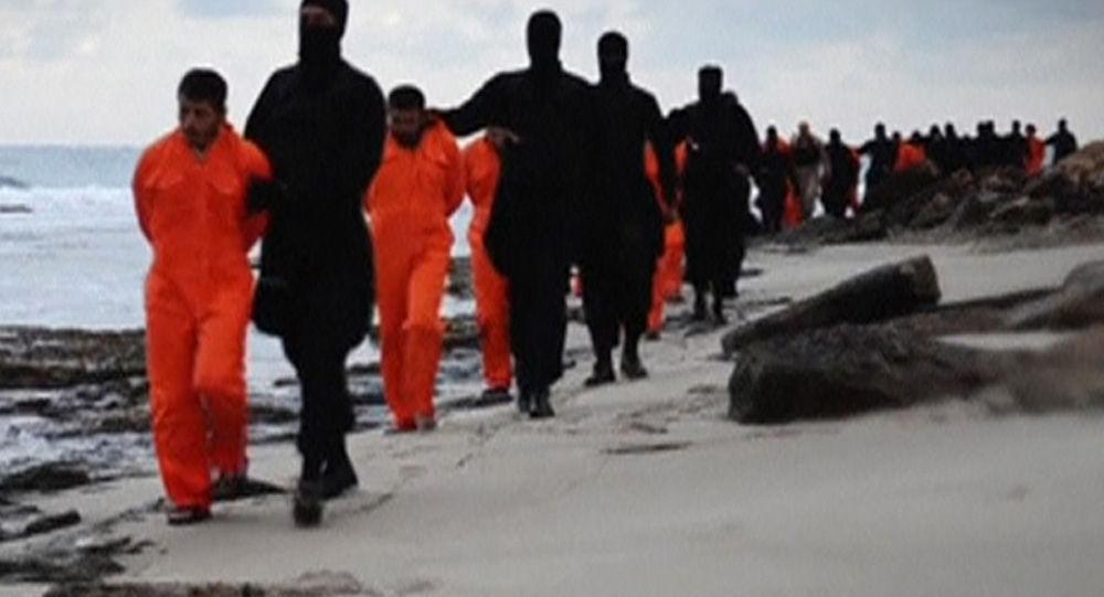 Jihadisti dell'ISIS portano gli ostaggi ad esecuzione