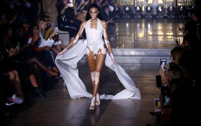 Una modella presenta la collezione di Julien Macdonald alla Fashion Week di Londra