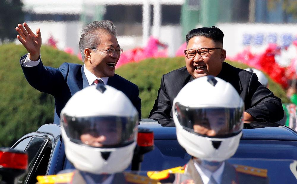 Il presidente sudcoreano Moon Jae-in e il leader della Corea del Nord Kim Jong Un durante una parata automobilistica a Pyongyang, Corea del Nord.