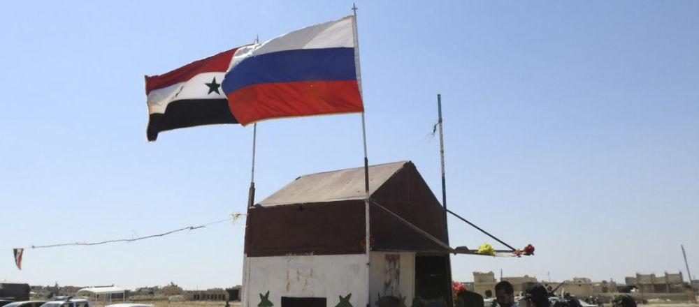 Bandiere di Russia e Siria nella provincia di Idlib
