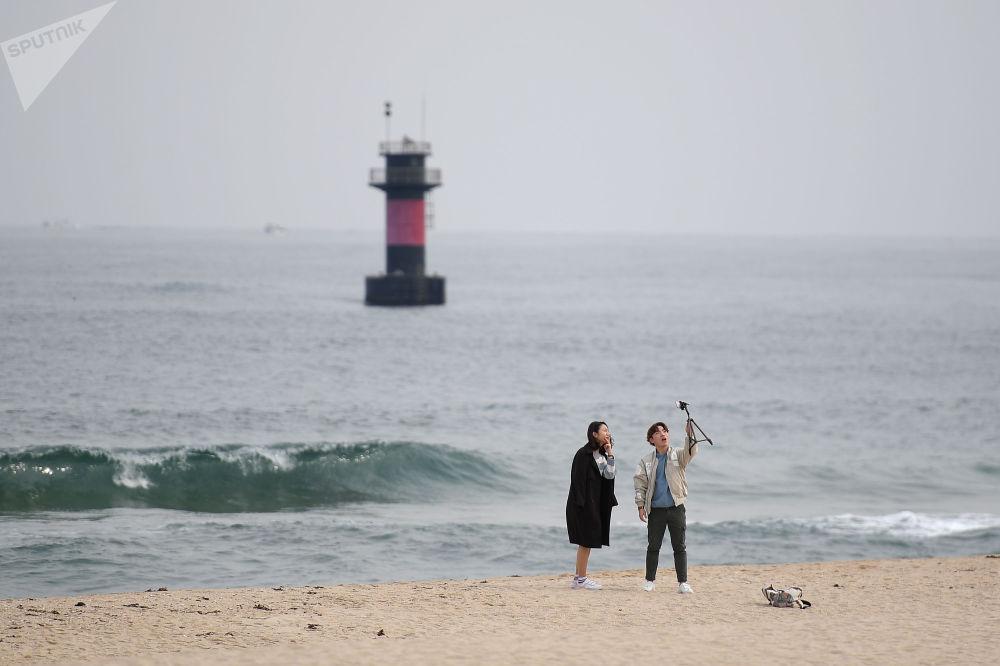 Giovani si scattano foto sulla spiaggia di Gyeongpo nella città di Kannyn, Repubblica di Corea