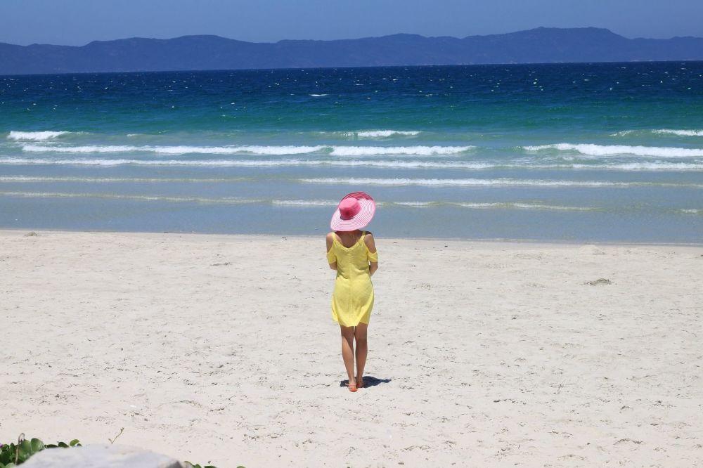 Ragazzina in riva al mare in Vietnam