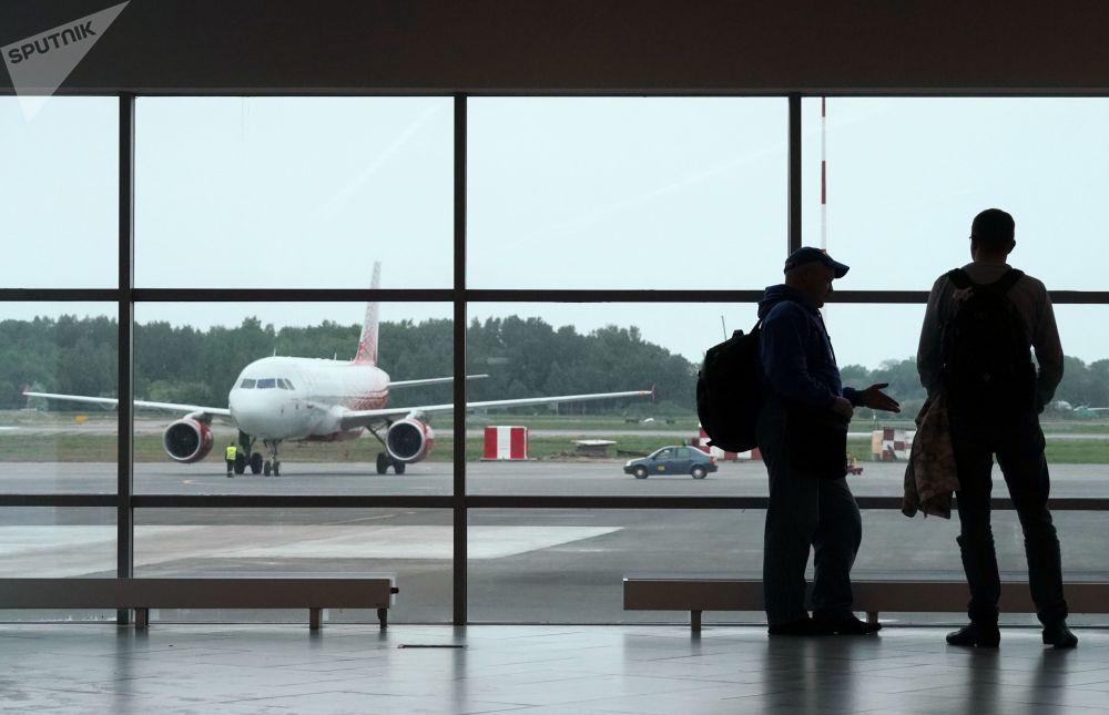 Passeggeri nella nuova aerostazione dell'aeroporto internazionale Krabrovo di Kaliningrad