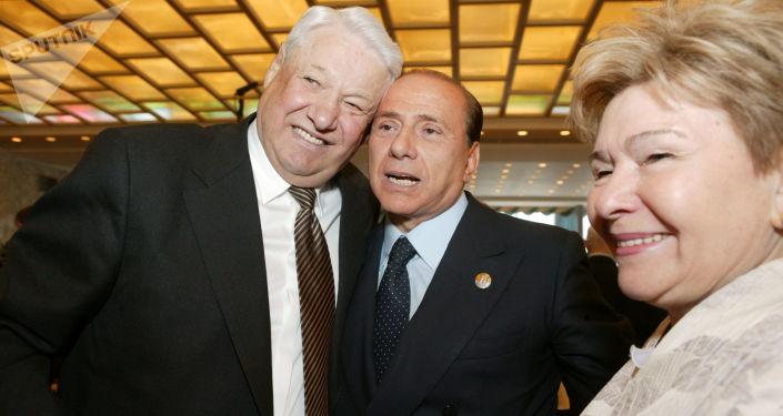 Silvio Berlusconi (al centro) con l'ex presidente russo Boris Yeltsin (a sinistra) e sua coniuge Naina Yeltsina (a destra), 2005