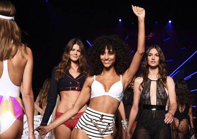 Le modele di Etam, brand di moda intima francese, al fashion show di Parigi.