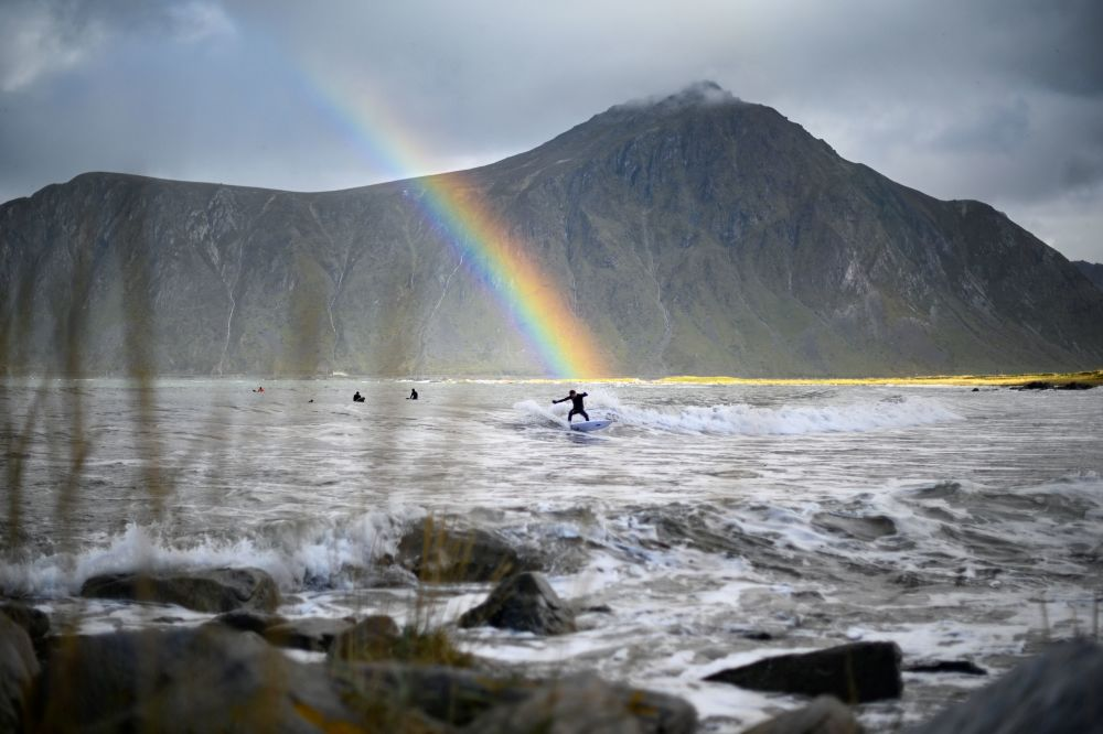 Un surfer a Flakstad, Norvegia.
