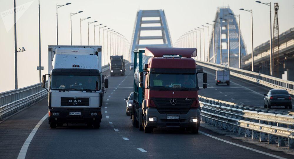 All'alba sul ponte di Crimea sono passati centinaia di camion