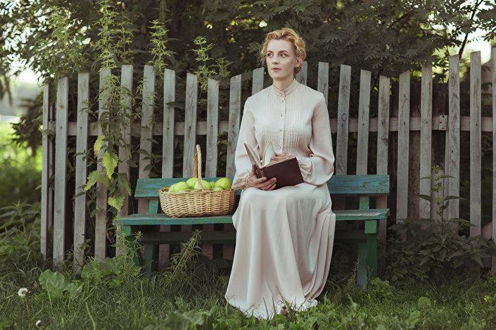 La bellezza russa sullo sfondo della natura rurale