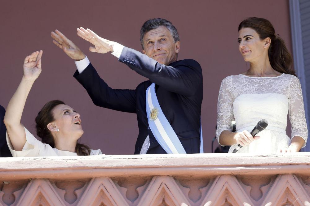 Il nuovo Presidente dell'Argentina, Mauricio Macri, danza alla presenza dei sostenitori alla casa del Governo a Buenos Aires