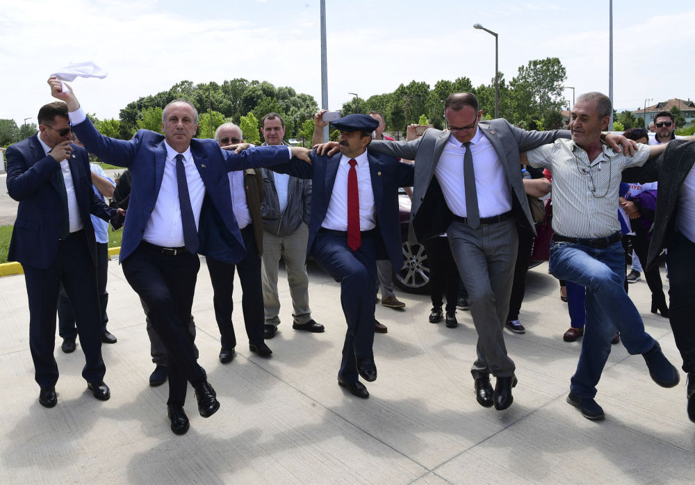 Il candidato alle presidenziali del Partito Repubblicano Turco Muharrem Indje, danza con i propri collaboratori prima di un congresso a Samsun