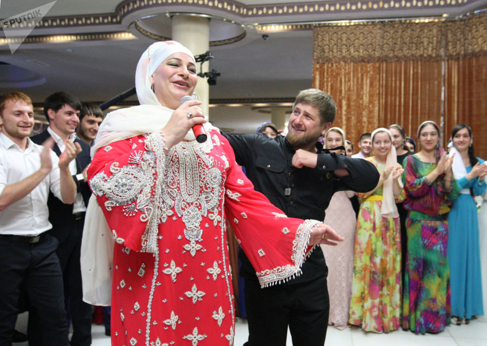 Il Capo della Repubblica Cecena Ramzan Kadyrov danza con la cantante Makka Mejnevoy durante un ricevimento a Grozny