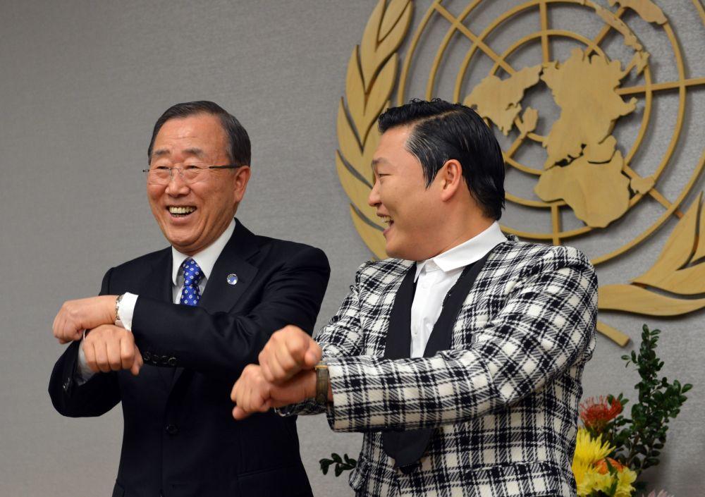 Il Segretario Generale dell'ONU Ban Ki-Moon e il cantante sud coreano PSY danzano al quartier generale di New York