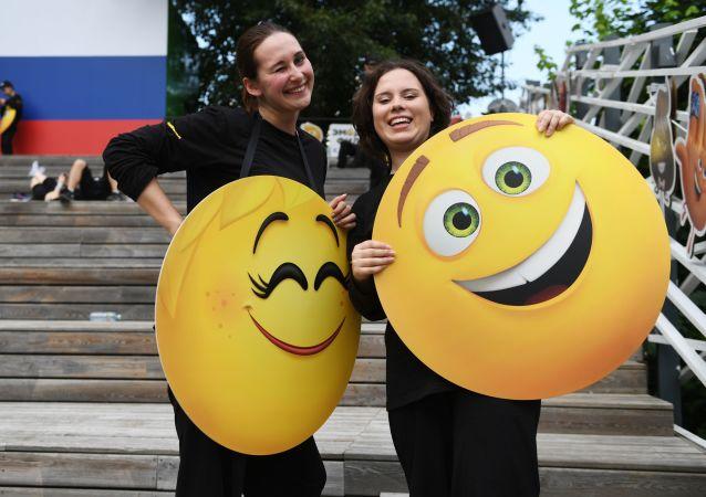 Partecipanti alla giornata mondiale Emoji al Parco Gorky, Mosca