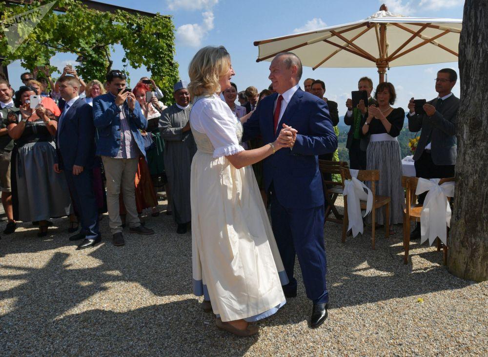 Putin balla con la Ministro degli Esteri austriaca Karin Kneissl al matrimonio di questa con il finanziere Wolfgang Meilinger