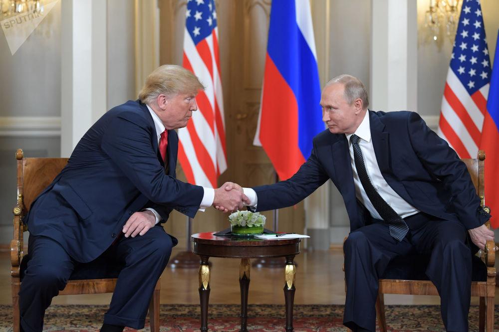 Putin e Trump durante un incontro al palazzo presidenziale di Helsinki