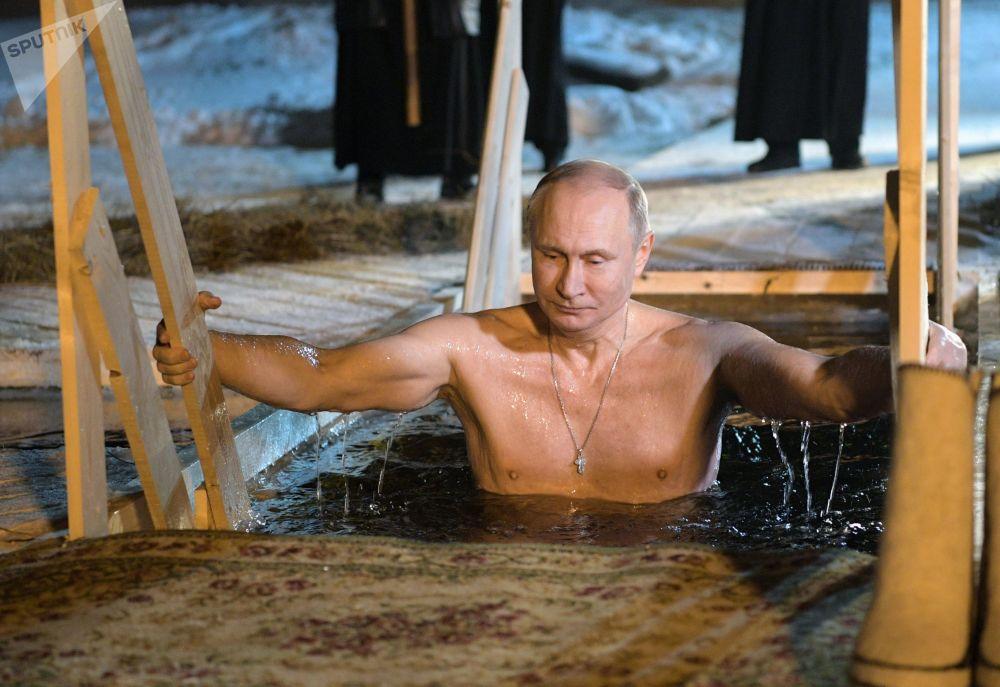 Putin partecipa alla ricorrenza del bagno battesimale ortodosso sul lago Seliger