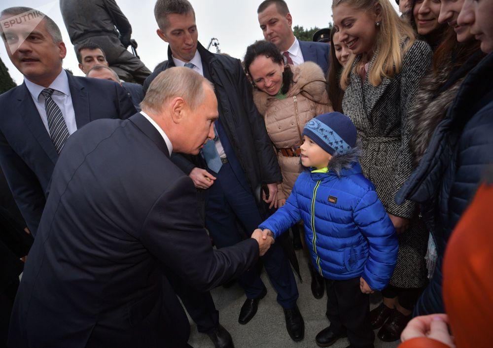 Putin parla con la gente del posto dopo la cerimonia di inaugurazione del monumento ad Alessandro III a Yalta