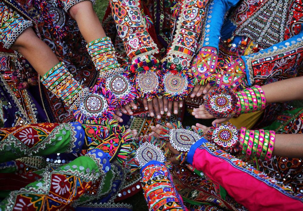 Le preparazioni alla Garba, la danza tradizionale indu, a Ahmedabad, India.