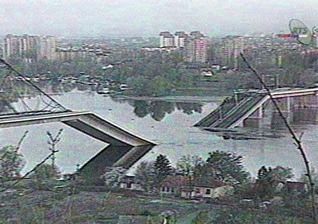 Un fotogramma televisivo che illustra il bombardamento NATO del 4 aprile 1999 a Novi Sad.