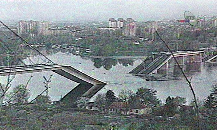 Un fotogramma televisivo che illustra il bombardamento del 4 aprile 1999 a Novi Sad.
