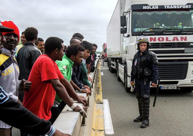 Migranti al confine con la Francia