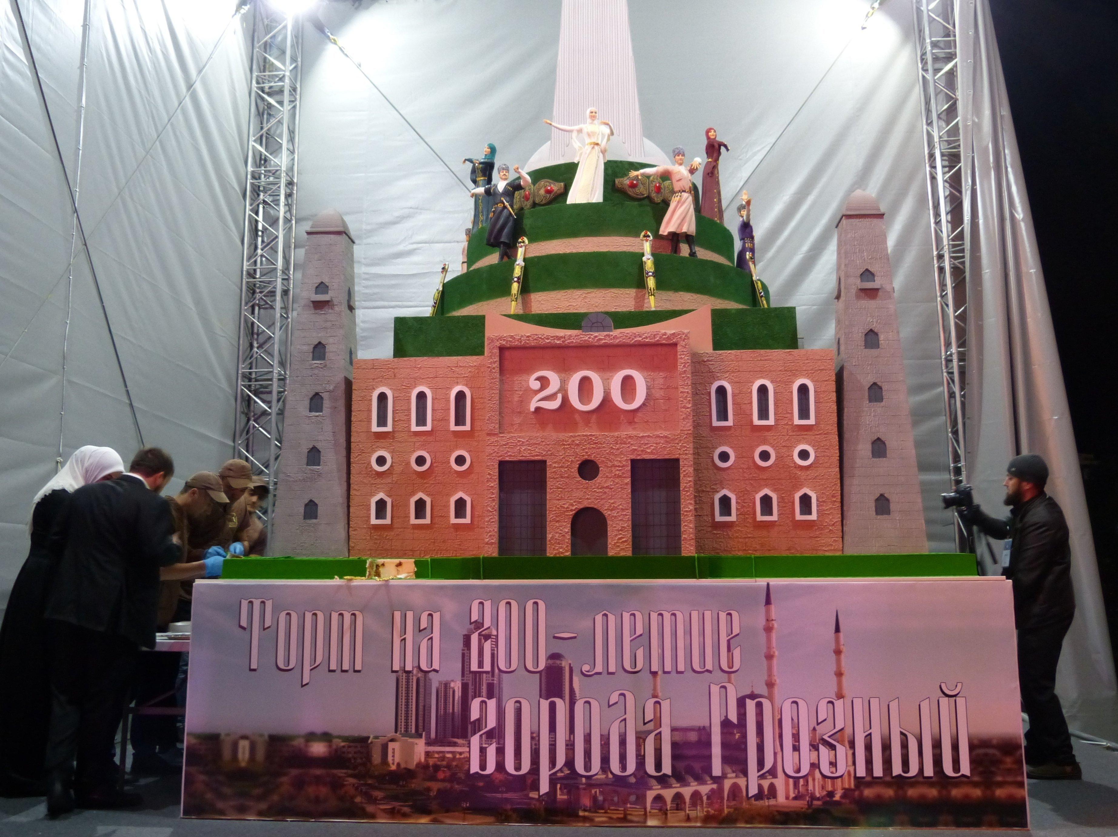 La torta per i 200 anni di Groznyj