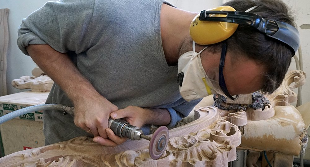 Un operaio al lavoro in un mobilificio