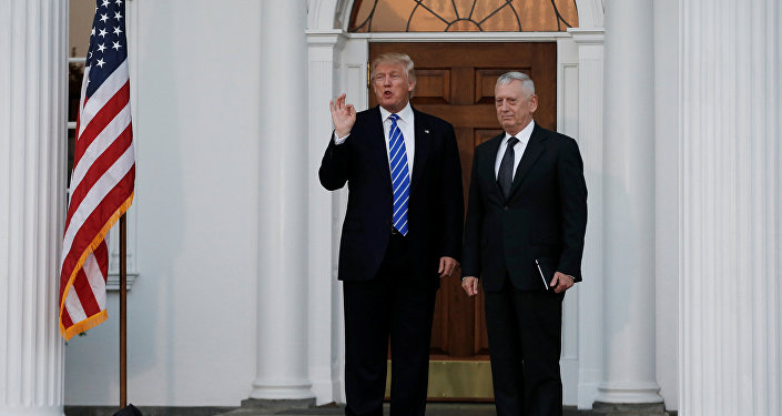 Il presidente Donald Trump e James Mattis (foto d'archivio)