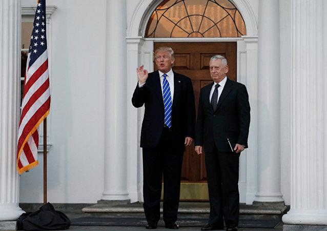 Il presidente Donald Trump e James Mattis (foto d'archivio)