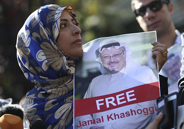 Tawakkol Karman, il Nobel per la Pace del 2011, tiene la foto dello scrittore saudita Jamal Khashoggi