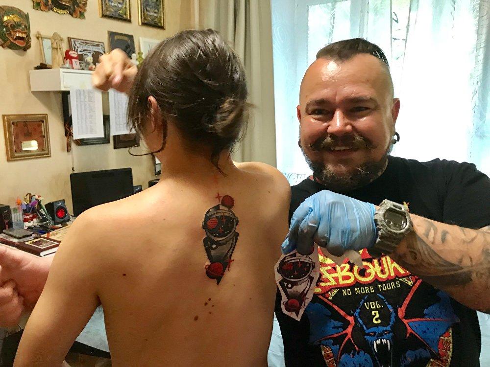 Guillermo con il suo tatuaggio regalo