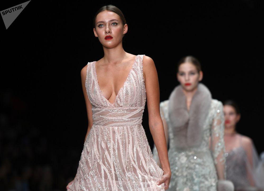 Modelle presentano la collezione Speranza Couture da Nadezda Yusupova nell'ambito della Mercedes-Benz Fashion Week Russia.