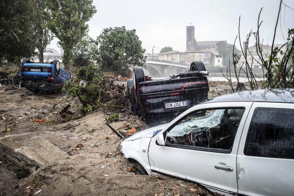 Le auto danneggiate durante l'innondazione a Trebes, Francia.