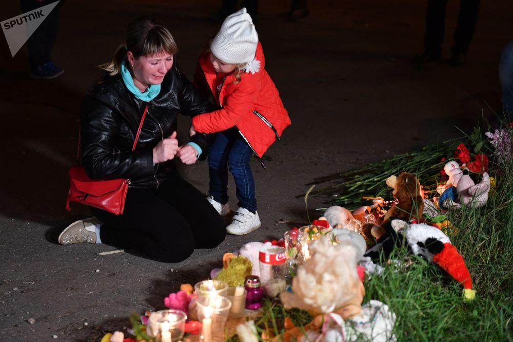 Una donna sta al monumento commemorativo a Kerch.