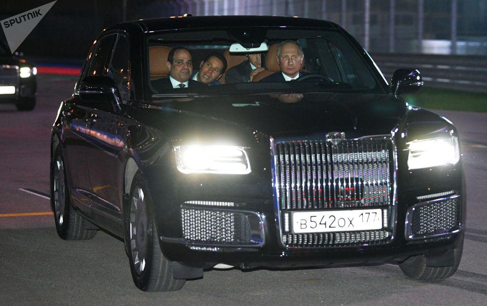 Il presidente russo Vladimir Putin e il presidente egiziano visti nell'auto Aurus del corteggio del presidente russo.