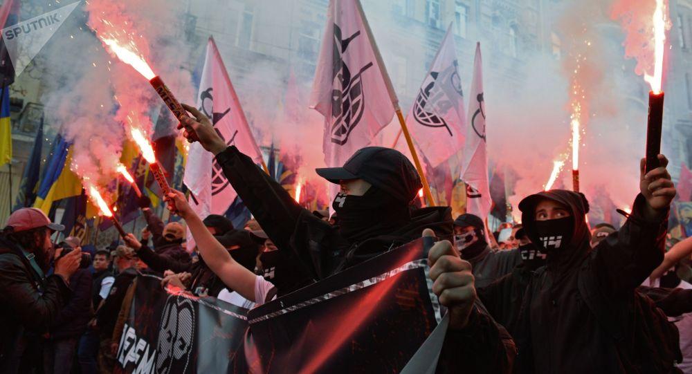 I partecipanti alla marcia dei nazionalisti per il 76-o anniversario della creazione dell'Esercito insurrezionale ucraino a Kiev.