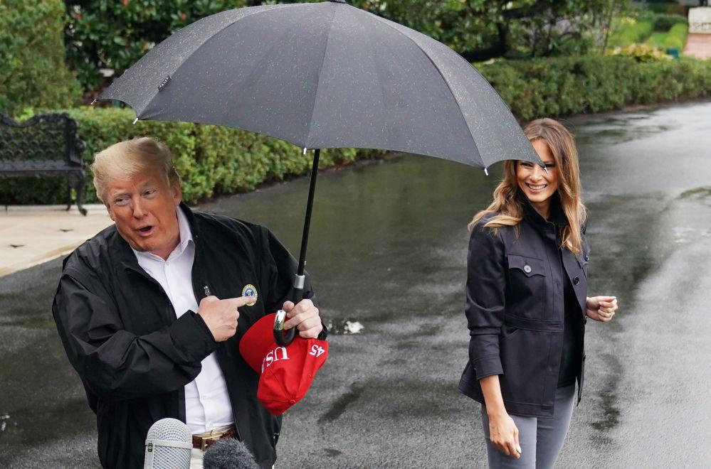 Il presidente statunitense Donald Trump e sua moglie Melania vicino alla Casa Bianca a Washington.