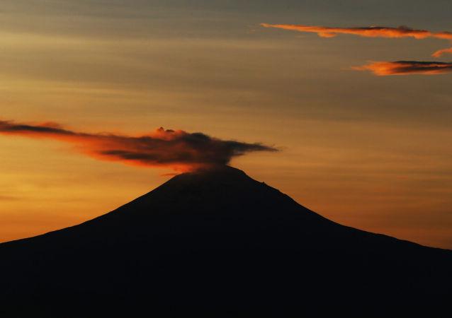 Fumo sopra il vulcano Popocatepetl in Messico
