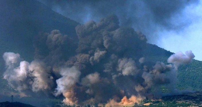 Il villaggio kosovaro di Gorozhubi sotto l'attacco dei bombardieri americani B-52, 1999. (foto d'archivio)