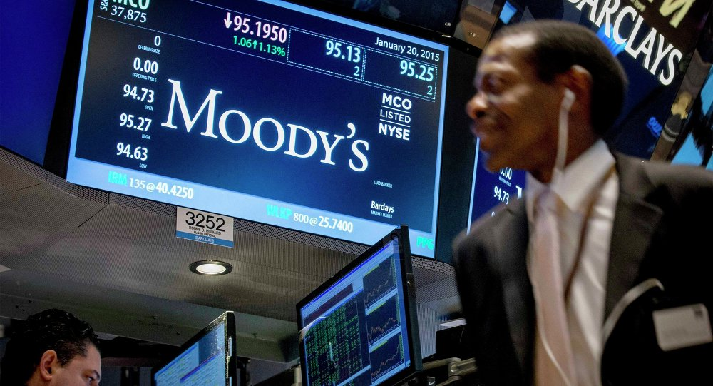 Un display di Wall Street mostra le quotazioni di Moody's