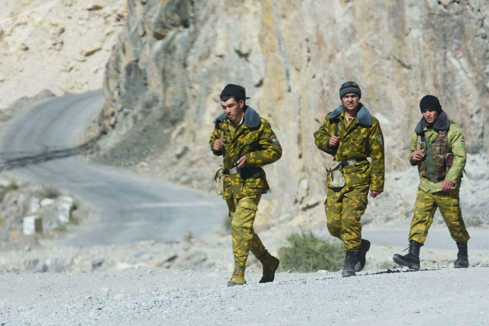 Le guardie di frontiera al confine tra Afghanistan e Tagikistan