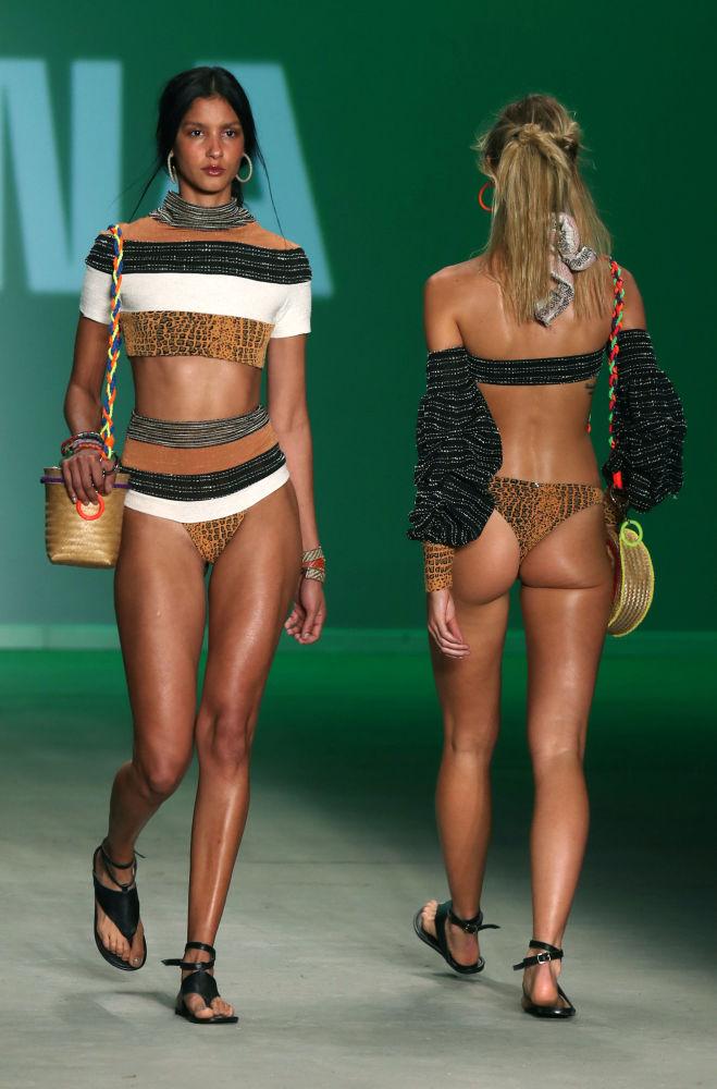 Sangue caldo: sfilata in bikini alla Settimana della moda di San Paolo.