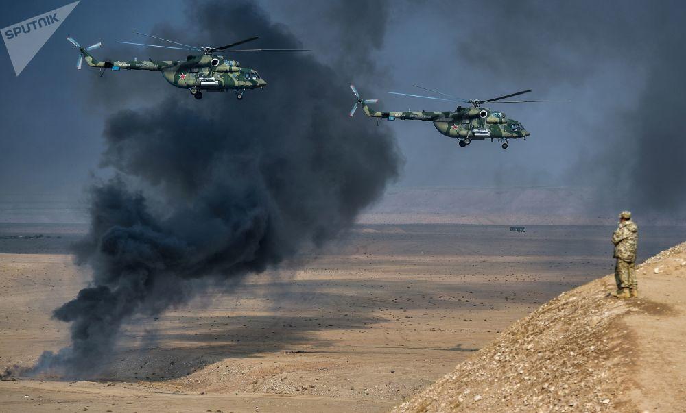 Gli elicotteri Mi-8 Terminator durante le esercitazioni congiunte dei paesi membri CSTO in Tagikistan.