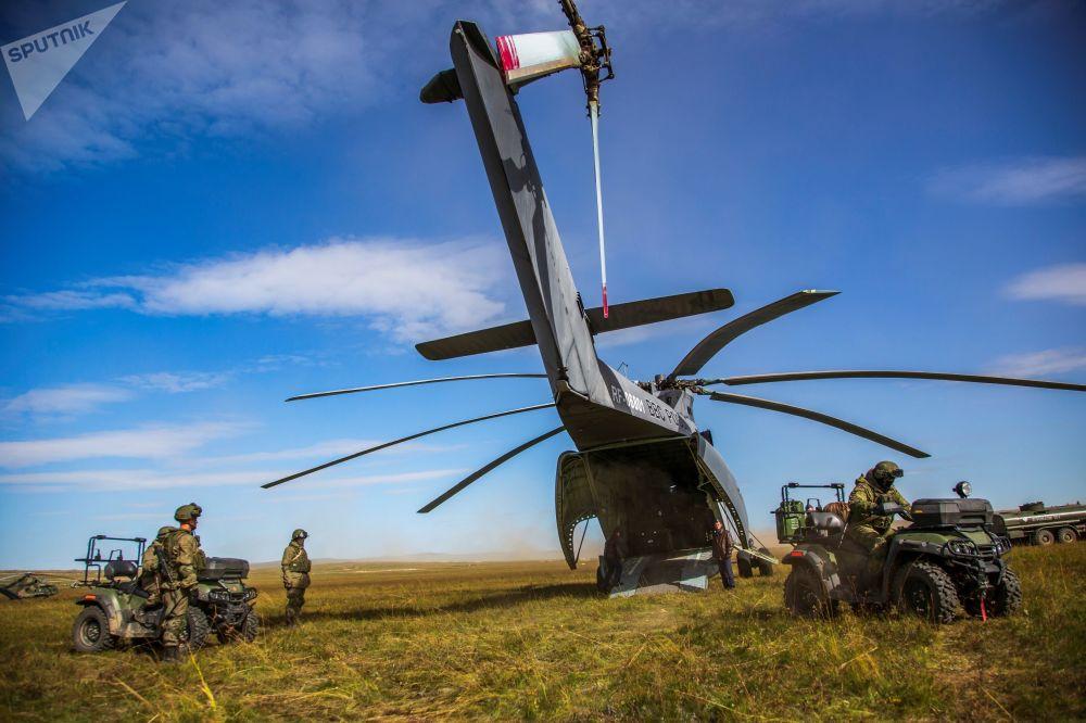 L'atterraggio delle unità dall'elicottero Mi-26 durante le esercitazioni Vostok-2018.