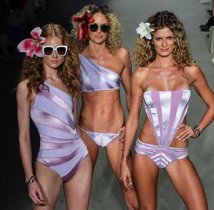 Modelle presentano dei costumi da bagno da Amir Slama durante il Sao Paulo Fashion Week, Brasile.