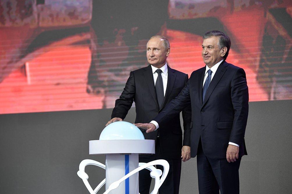Il presidente uzbeko Shovkat Mirziyoyev insieme al presidente russo Vladimir Putin